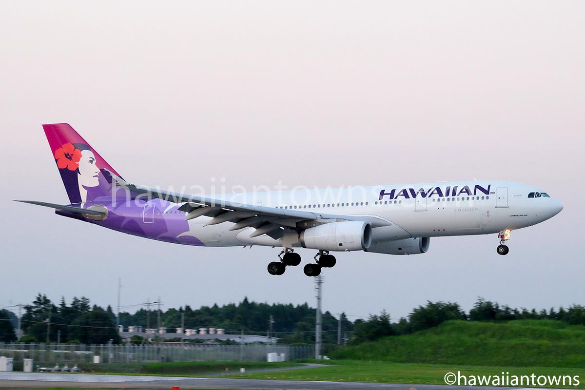 成田空港に到着するハワイアン航空機