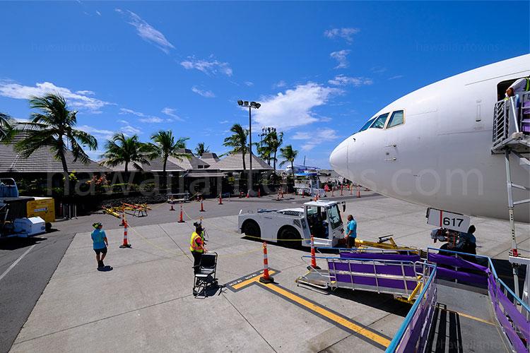 コナ空港とJAL機