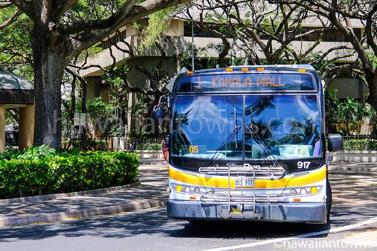 ダウンタウンを走るTheBusのバス