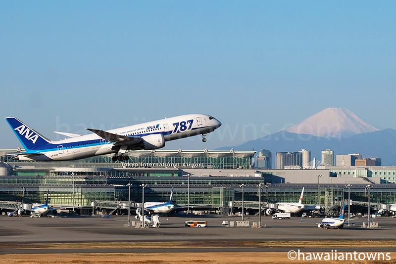 羽田空港を離陸するANAのB787-8と富士山