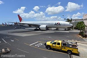 ホノルル空港で出発を待つJAL機