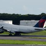 成田空港を離陸するデルタ航空機