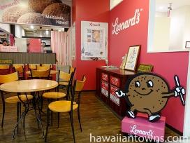 店舗横のテーブル席かハワイアンタウン内の休憩エリアが利用できる